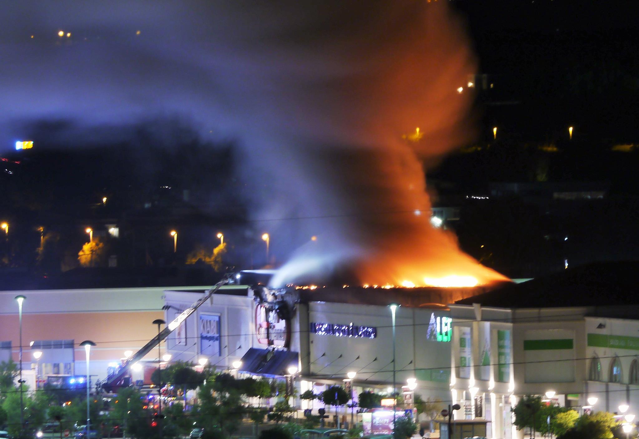 Fiumicino incendio da mondo convenienza al centro - Casa centro commerciale da vinci ...