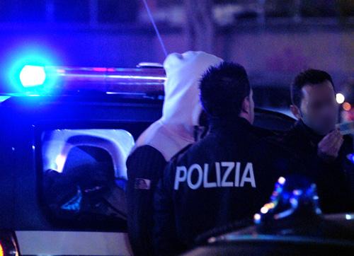 Sparatoria in una pizzeria a Ostia: due gambizzati, trasportati in ospedale